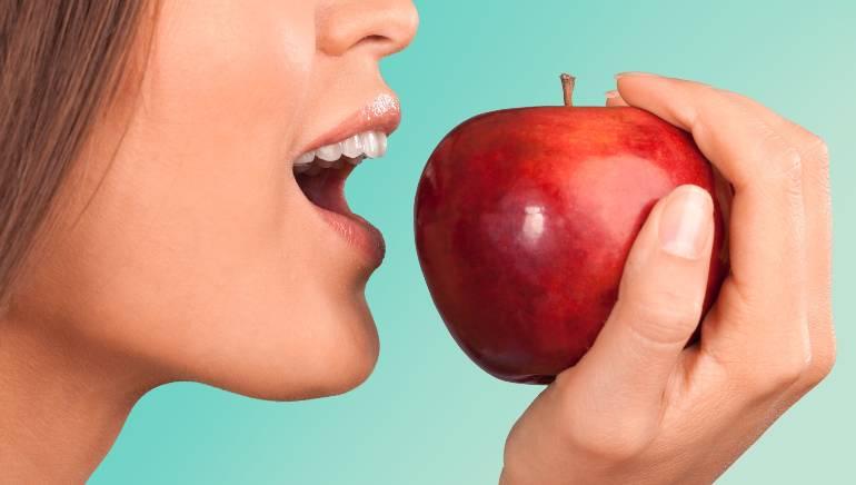 दिन में एक सेब का सेवन आपको बहुत सारी बीमारियों से दूर रख सकता है । चित्र: शटरस्टॉक