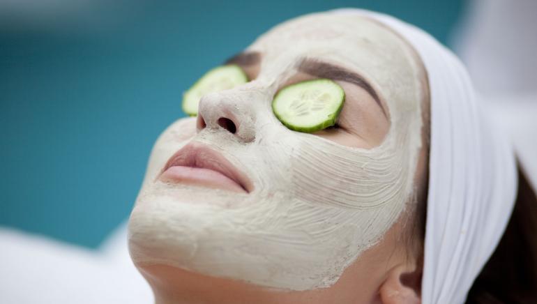 निरोगी चमकणार्या त्वचेसाठी काकडीचा मुखवटा वापरुन पहा.  चित्र- शटर स्टॉक
