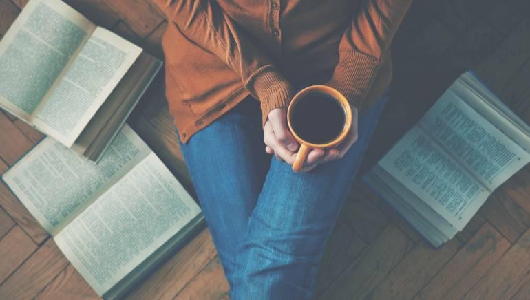 जानिए आपके लिए कितना फायदेमंद है रात में सोने से पहले किताब पढ़ना