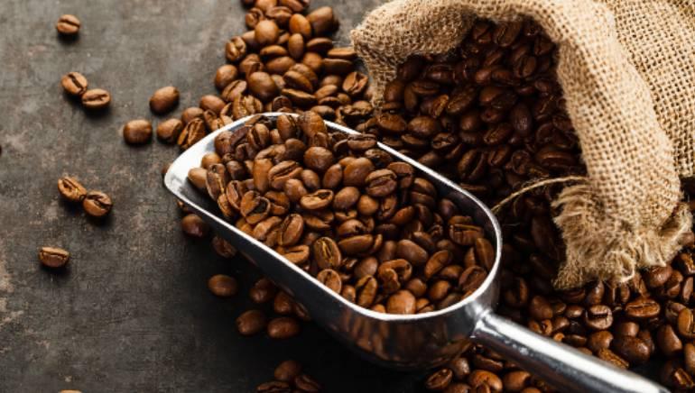 कॉफी बीन्स त्वचा घट्ट करतात.  प्रतिमा: शटरस्टॉक