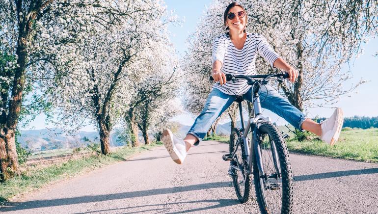 सुबह की धूप मे साइकिल चलाना और पैदल चलना, दोनों ही आपकी सेहत के लिए अच्छे हैं। चित्र: शटरस्टॉक