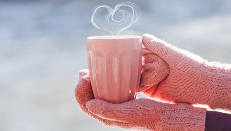 सर्दियों में आप गोंद को दूध में मिलाकर भी पी सकती हैं। चित्र: शटरस्टॉक