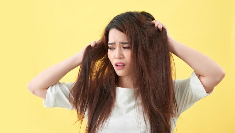 रूखे और उलझे बालों से परेशान हैं, तो हम आपको बता रहे हैं 5 सुपर इफेक्टिव होम रेमेडीज