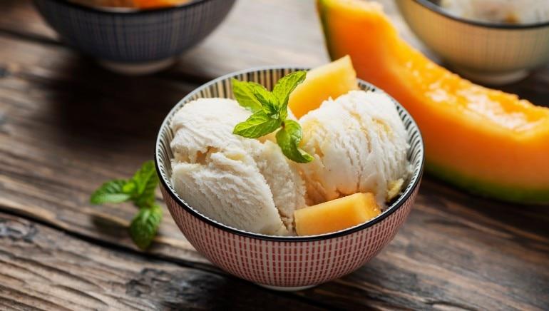 पीरियड्स दरम्यान आईस्क्रीम खाणे टाळा.  प्रतिमा: शटरस्टॉक