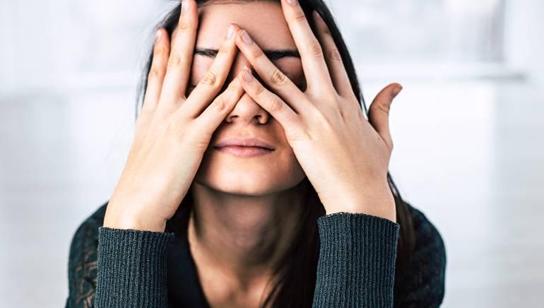 जी हां, तनाव भी आपको डिहाइड्रेट करता है। चित्र: शटरस्टॉक
