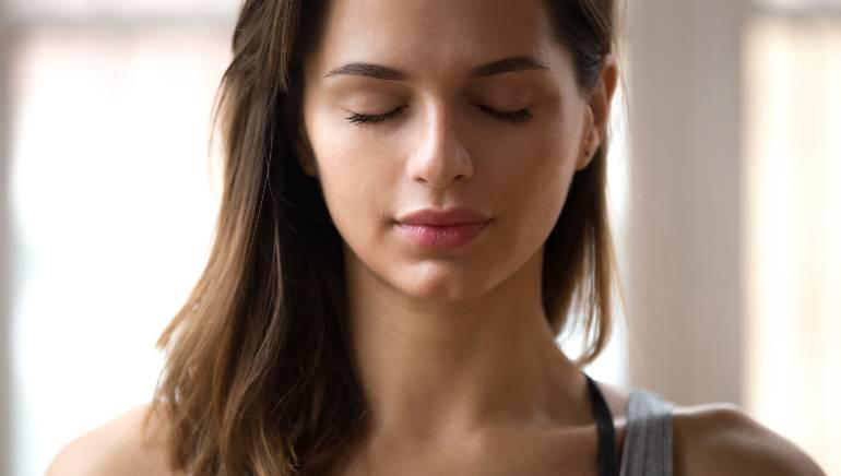 खोल श्वास घेण्यामुळे श्वसन प्रणाली व्यवस्थित राहते.  प्रतिमा: शटरस्टॉक