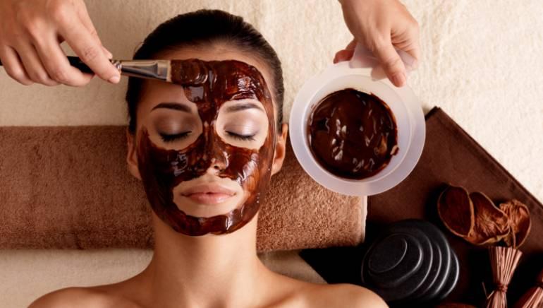 डर्मेटोलॉजिस्ट भी मानते हैं कि चेहरे पर चॉकलेट लगाने से मिलती है ग्लोइंग स्किन