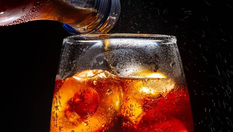 कोल्ड ड्रिंक पीने की आदत आपके समग्र स्वास्थ्य को नुकसान पहुंचाती है। चित्र: शटरस्टॉक