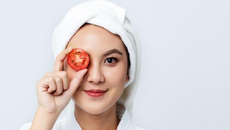 टोमॅटोचा रस चेहर्यावरील डाग मिटवते.  चित्र- शटरस्टॉक.
