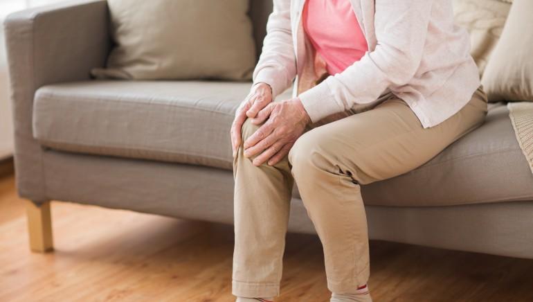 स्नायू दुखणे हे कोविड - १ of चे लक्षण आहे.  चित्र- शटरस्टॉक.