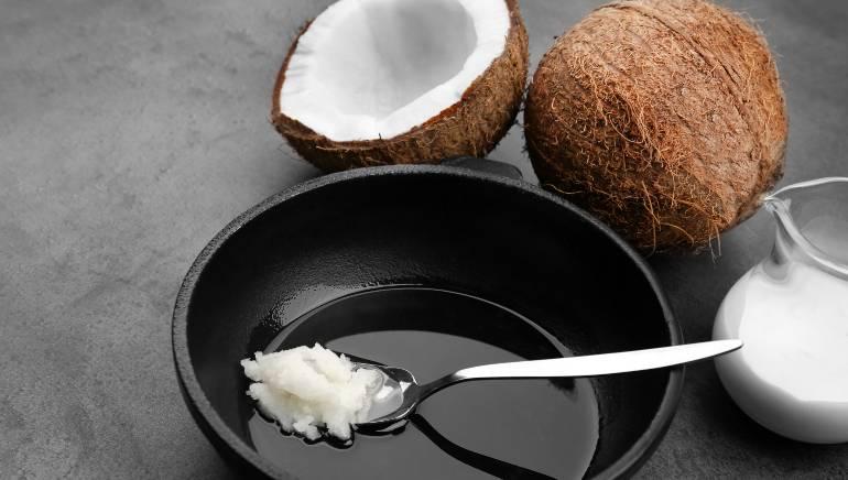 नारळ तेलाने घर बनवलेले शरीर धुवा.  चित्र: शटरस्टॉक.