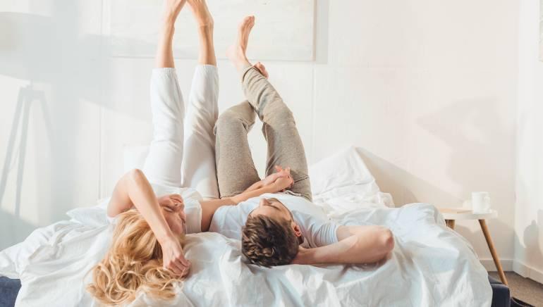 लॉकडाउन में कम हो गया है रोमांस? तो चैक कीजिए ये  बुरी आदतें जो पहुंचा सकती हैं रिश्ते को नुकसान