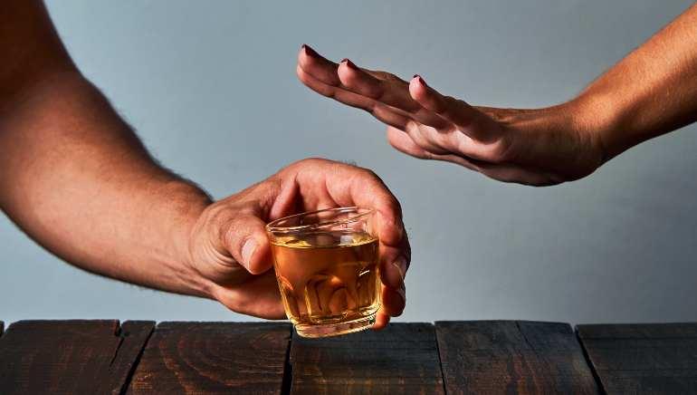 पार्टनर को पड़ गई है नशे की लत! तो अब जानिए कि आपको क्या करना चाहिए