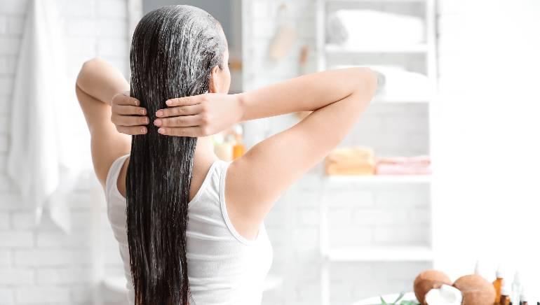 मेयोनीज़ हेयर मास्क आपके बालों को गहरा पोषण देता है। चित्र: शटरस्टॉक