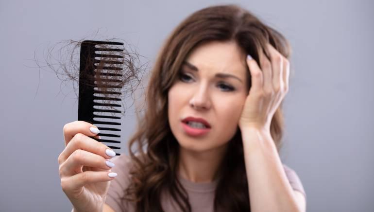 केस गळण्याचे कारणही एस्ट्रोजेन असंतुलन असू शकते.  चित्र: शटरस्टॉक