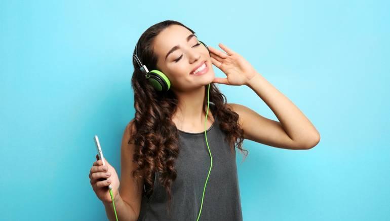 कानों को नुकसान पहुंचा रहे हैं ईयरफोन और हेडफोन, जानिए दोनों में से क्या है कम नुकसानदेह