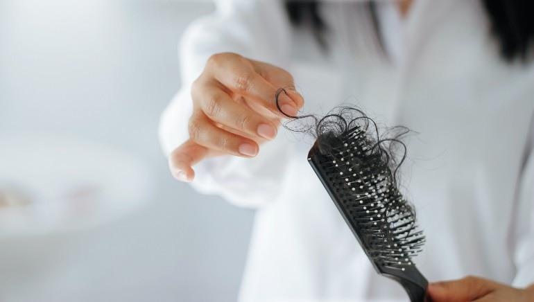 क्या आप जानती हैं कि ब्लैैैक टी से बाल धोकर आप हेयर फॉल कंट्रोल कर सकती हैं, हम बताते हैं कैसे