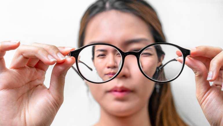 आपकी आंखों की रोशनी छीन सकती हैं आपकी ये 6 गलतियां, आज ही सुधार लें