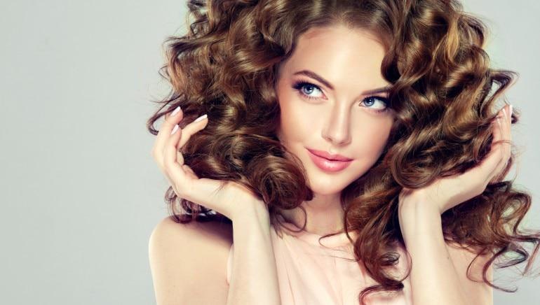 लंबे और घने बालों की चाह है? तो हम बताते हैं बालों को प्राकृतिक रूप से ग्रो करने के 7 तरीके