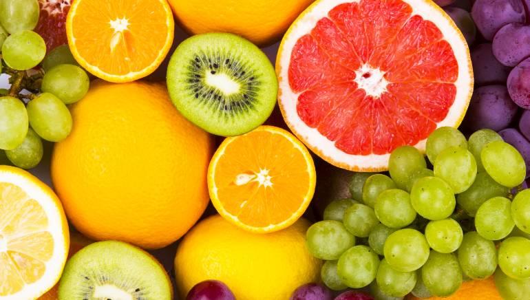 अगर फलों की गुडनेस का लाभ लेना है, तो उन्हें परफेक्ट कॉम्बिनेशन में खाएं। चित्र: शटरस्टॉक