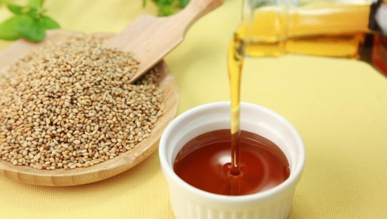 तीळ तेल केसांना पोषण प्रदान करते.  प्रतिमा: शटरस्टॉक