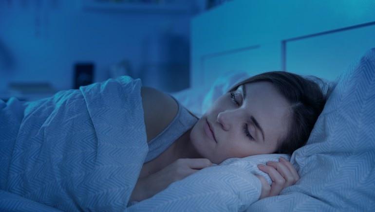 शांत झोपण्यासाठी उशी सोडा.  प्रतिमा: शटरस्टॉक