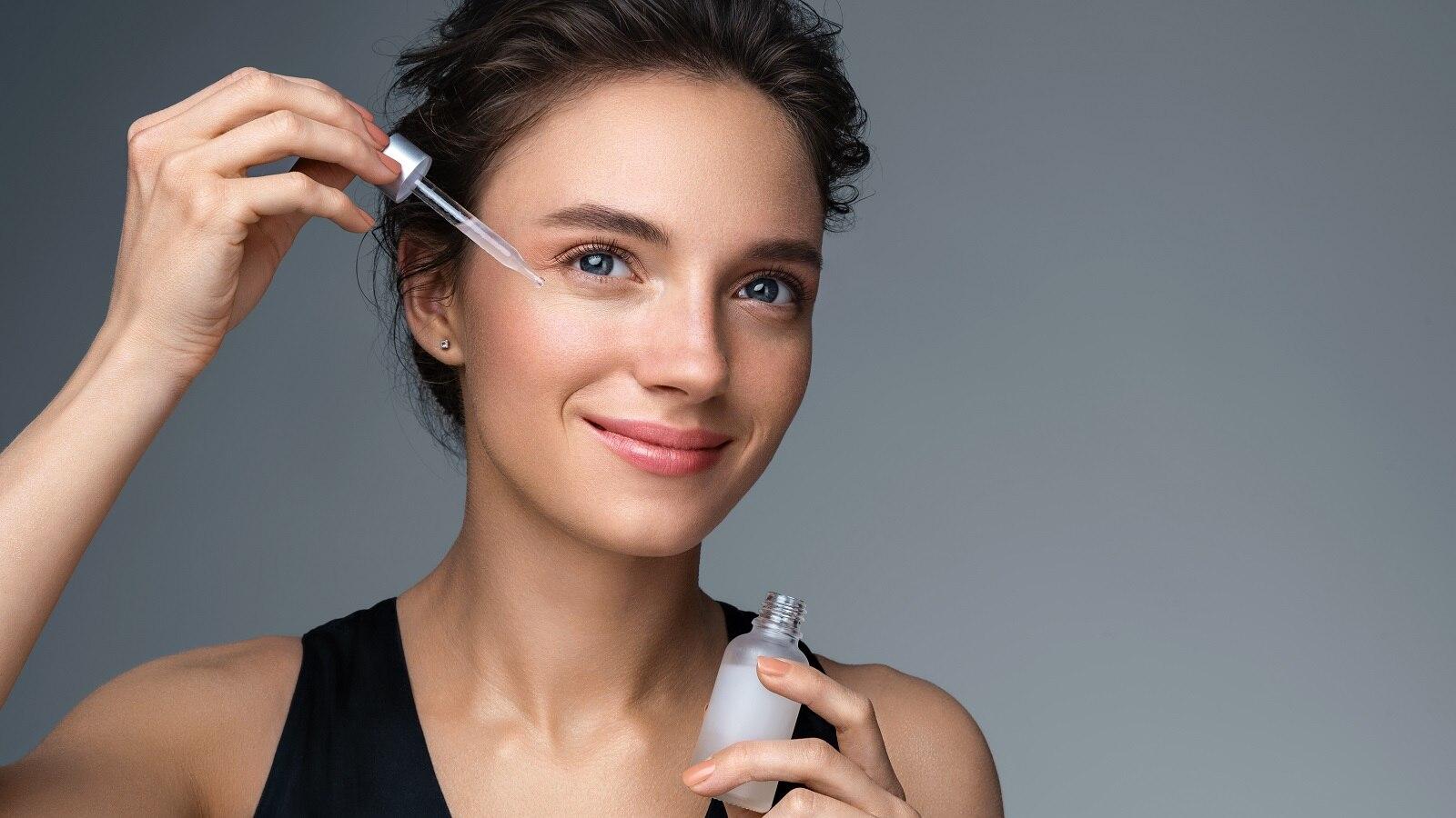 सीरम या मॉइस्चराइजर! कन्फ्यूज हैं कि आपकी त्वचा को क्या चाहिए? सही चुनाव करने के लिए पढ़ें