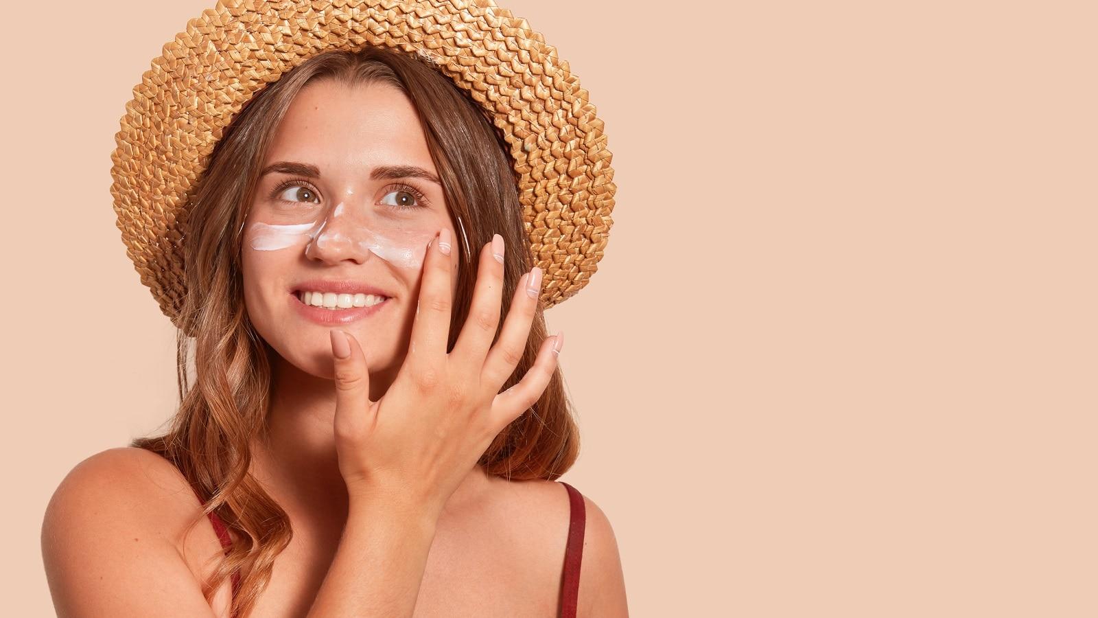 आपके लिए जोखिम भरा हो सकता है सनस्क्रीन को नज़रंदाज़ करना! यहां हैं इसके 3 कारण