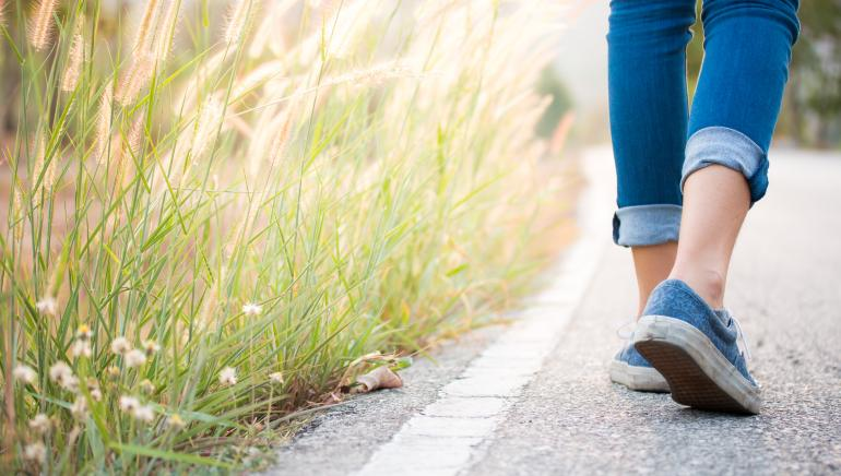Here are the 5 benefits of reverse walking that will make you a fan